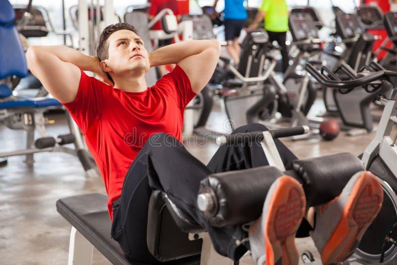 Αθλητικό άτομο που κάνει τις κρίσιμες στιγμές σε μια γυμναστική στοκ εικόνα