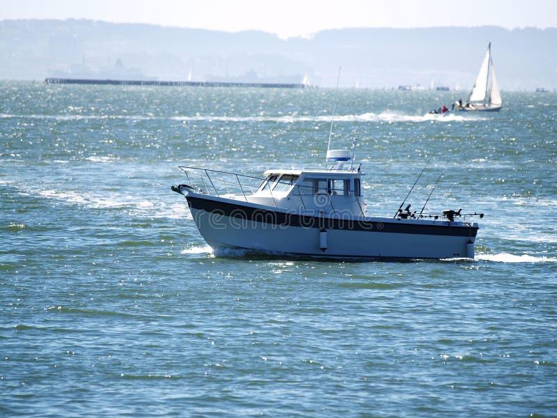 Αθλητικό αλιευτικό σκάφος στον κόλπο του Σαν Φρανσίσκο στοκ εικόνες με δικαίωμα ελεύθερης χρήσης