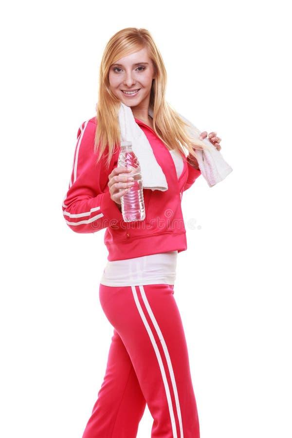 Αθλητικό κορίτσι γυναικών ικανότητας με την πετσέτα και μπουκάλι νερό που απομονώνεται στοκ εικόνες
