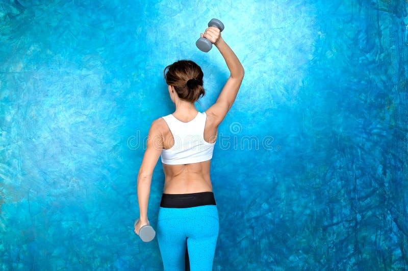Αθλητικό κορίτσι που κάνει workout την άσκηση με τους αλτήρες Πυροβολισμός στο ST στοκ φωτογραφίες με δικαίωμα ελεύθερης χρήσης