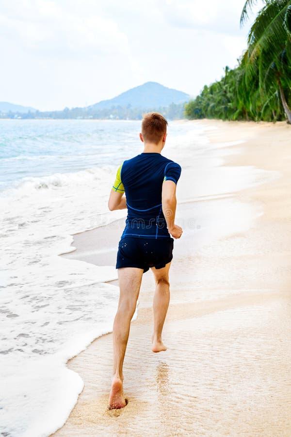 αθλητισμού Κατάλληλος αθλητής Jogger που τρέχει στην παραλία workout Αθλητισμός, στοκ εικόνες με δικαίωμα ελεύθερης χρήσης