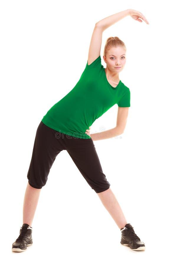 αθλητισμός Εύκαμπτο κορίτσι ικανότητας που κάνει την τεντώνοντας άσκηση στοκ φωτογραφίες