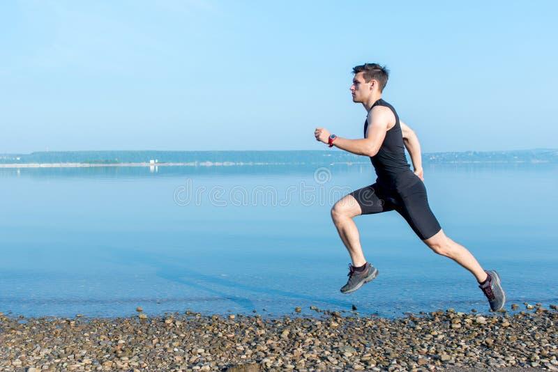 Αθλητισμός, ικανότητα Κατάλληλο τρέχοντας workout ατόμων στην παραλία Υπαίθρια εκπαιδευτικός στοκ εικόνες με δικαίωμα ελεύθερης χρήσης