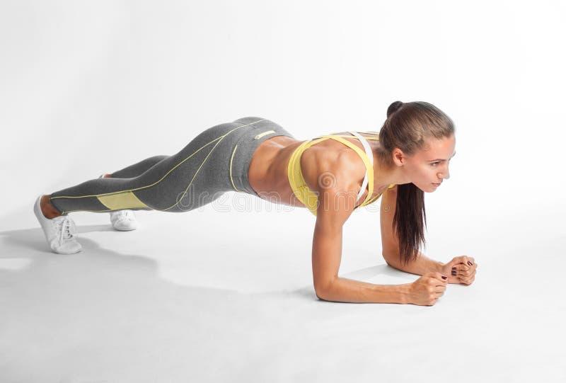Αθλητισμός και έννοια τρόπου ζωής - γυναίκα που κάνει τον αθλητισμό υπαίθρια στοκ εικόνα