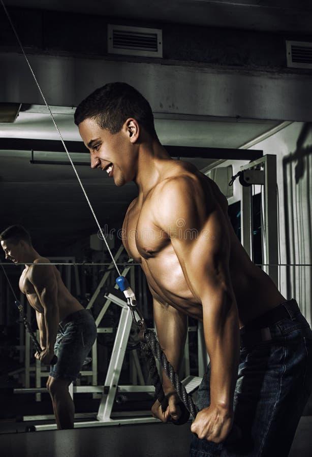 αθλητισμός Ο ισχυρός αθλητής πρόκειται να κάνει την άσκηση με το βάρος στοκ εικόνες