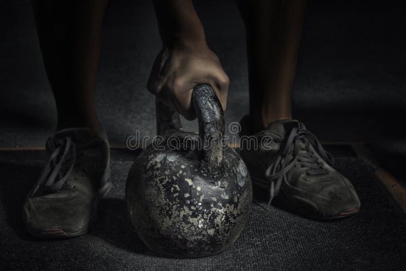 αθλητισμός Ο Unrecognizable ισχυρός αθλητής πρόκειται να κάνει το πνεύμα άσκησης στοκ εικόνες