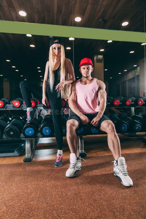 Αθλητισμός, τρόπος ζωής και έννοια ανθρώπων - νέο όμορφο ζεύγος στα μοντέρνα ενδύματα που κάθεται το α στοκ εικόνες