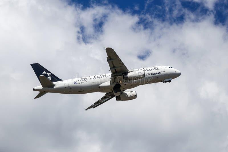 Αιγαίες αερογραμμές, συμμαχία αστεριών, airbus A320 - απογείωση 200 στοκ εικόνα