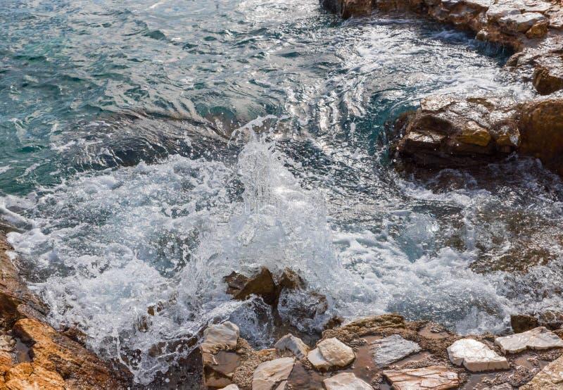 Αιγαίο πέλαγος κυμάτων, Skiathos, Ελλάδα Τοπίο στοκ εικόνα