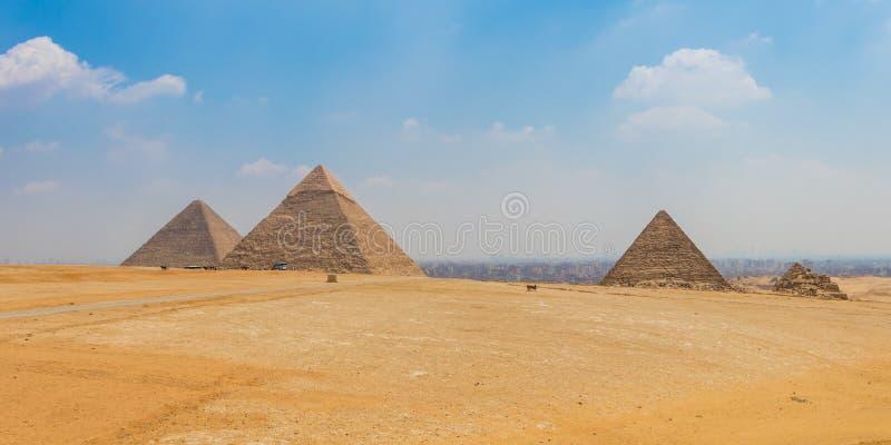 Αιγυπτιακές πυραμίδες με έναν όμορφο ουρανό σε Giza στοκ φωτογραφίες