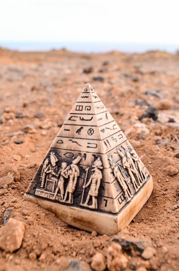 Αιγυπτιακή πρότυπη μικρογραφία πυραμίδων στοκ εικόνα με δικαίωμα ελεύθερης χρήσης