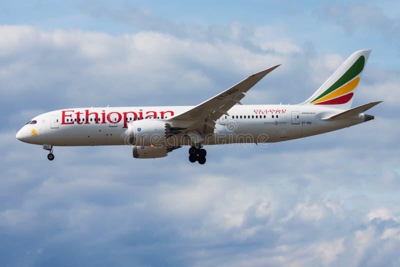 Αιθιοπικός επιβάτης αεροπλάνου του Boeing 787-8 Dreamliner et-AOU αερογραμμών που προσγειώνεται στον αερολιμένα της Φρανκφούρτης στοκ εικόνα
