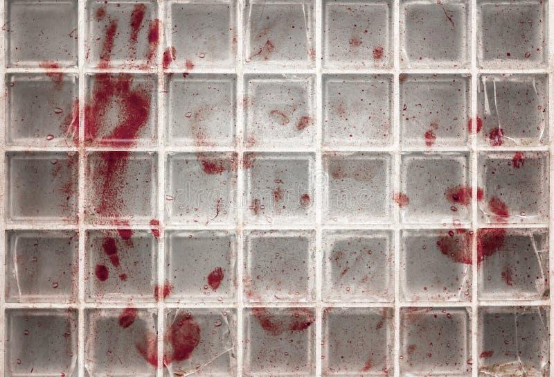 Αιματηρά δακτυλικά αποτυπώματα στο γυαλί στοκ φωτογραφία