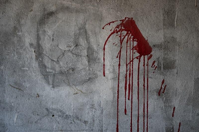 Αιματηρός τοίχος μετάλλων στο σκοτάδι για το περιεχόμενο φρίκης στοκ φωτογραφία με δικαίωμα ελεύθερης χρήσης