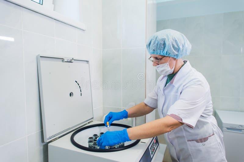 Αιμοπετάλιο-πλούσια προετοιμασία πλάσματος Σωλήνας με το αίμα στα χέρια centrifuge Υπόβαθρο στοκ εικόνες με δικαίωμα ελεύθερης χρήσης