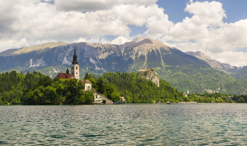 Αιμορραγημένος με τη λίμνη, το νησί και τα βουνά στο υπόβαθρο στοκ εικόνα με δικαίωμα ελεύθερης χρήσης