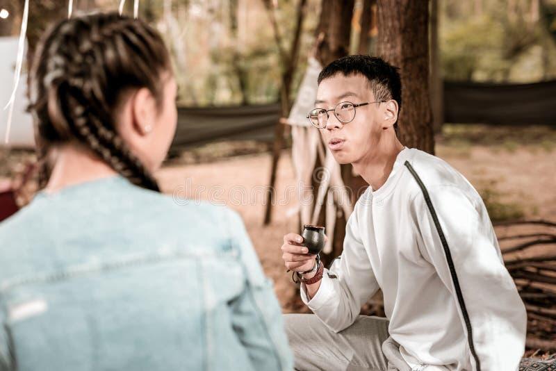 Αινιγματικός ασιατικός νεαρός άνδρας που έχει την τελετή τσαγιού στοκ φωτογραφία με δικαίωμα ελεύθερης χρήσης