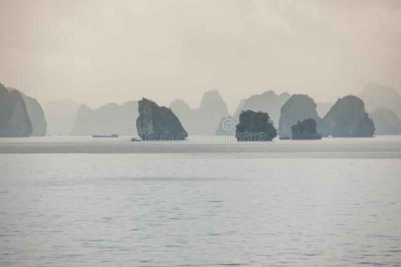 Αινιγματικός κόλπος Halong, Βιετνάμ, στην υδρονέφωση στοκ εικόνα