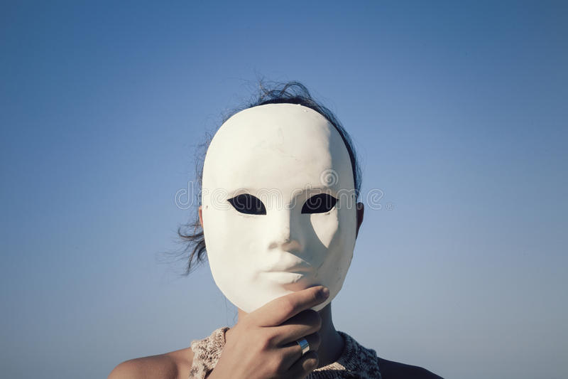 Αινιγματικός μπλε ουρανός κοριτσιών μασκών στοκ φωτογραφίες με δικαίωμα ελεύθερης χρήσης