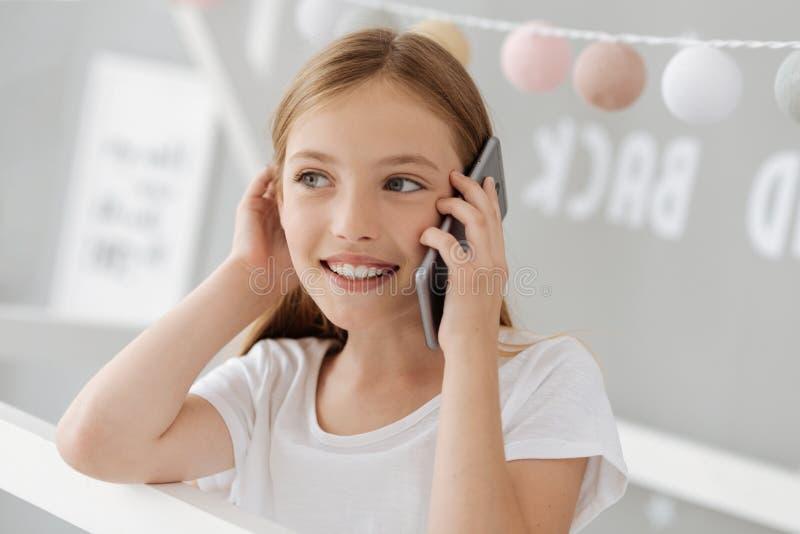 Αινιγματικός ξανθός διοργανώνοντας τη συζήτηση ανά τηλέφωνο στοκ φωτογραφίες