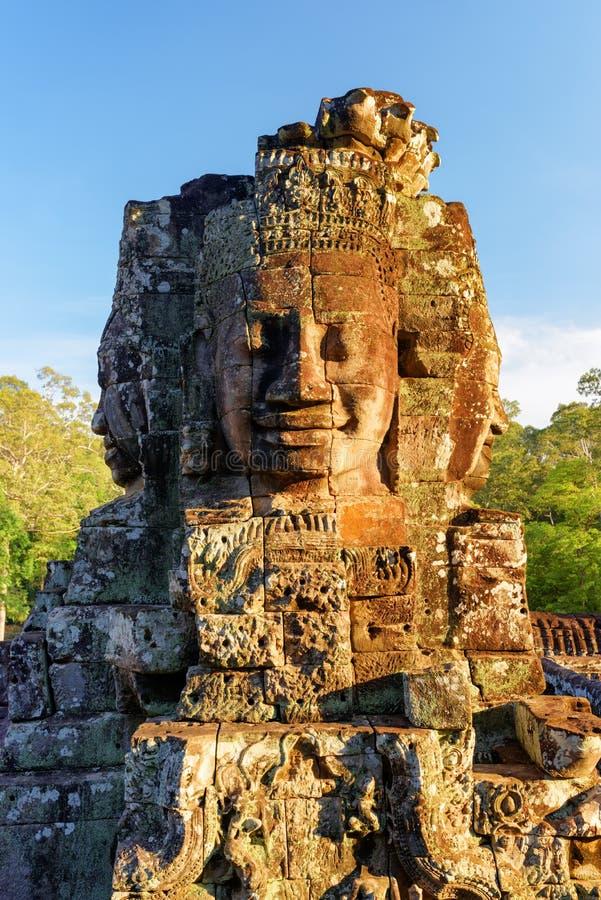 Αινιγματικός πρόσωπο-πύργος του ναού Bayon στον ήλιο βραδιού Καμπότζη στοκ εικόνα