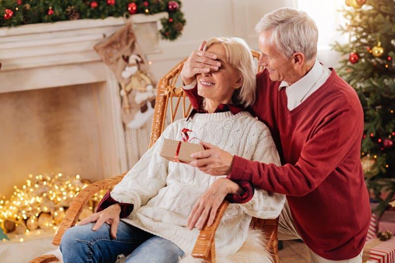 Αινιγματικός συνταξιούχος που στέκεται κοντά στη σύζυγό του στοκ εικόνες