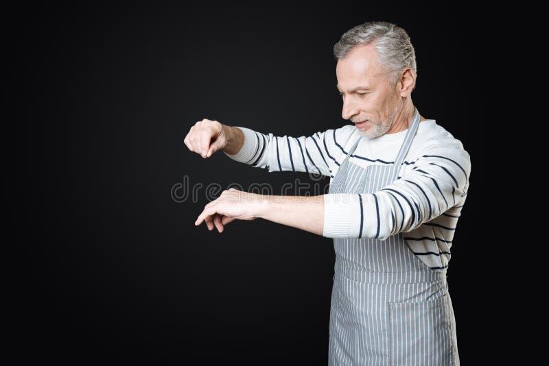 Αινιγματικός συνταξιούχος προετοιμάζοντας το γεύμα στοκ εικόνα