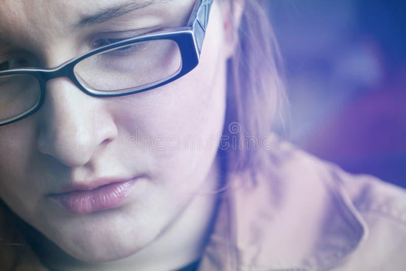 Αισθήματα λύπης στο πρόσωπο της γυναίκας στοκ εικόνα με δικαίωμα ελεύθερης χρήσης