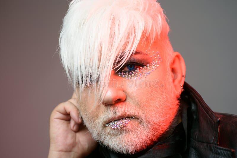 Αισθαμένος όπως Im μια βασίλισσα έλξης Transgender πρόσωπο Εξωτικό άτομο hipster με τη μόδα hairstyle Ύφος μόδας Hipster στοκ φωτογραφίες