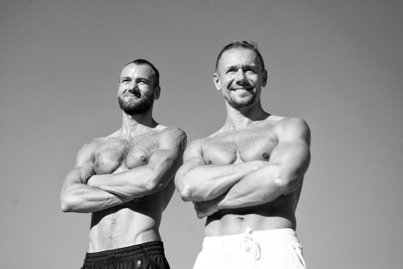 Αισθανθείτε την εμπιστοσύνη Μυϊκή τοποθέτηση κοιλιών τύπων Αθλητισμός και bodycare Οι μυϊκοί αρσενικοί τύποι φαίνονται βέβαιοι Άτ στοκ εικόνες με δικαίωμα ελεύθερης χρήσης