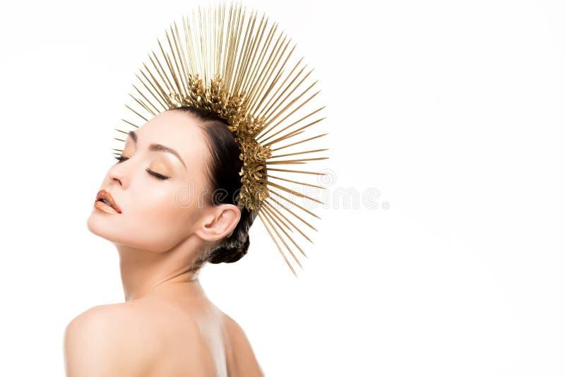 Αισθησιακή γυμνή γυναίκα με τις ιδιαίτερες προσοχές που φορούν χρυσό headpiece στοκ φωτογραφίες