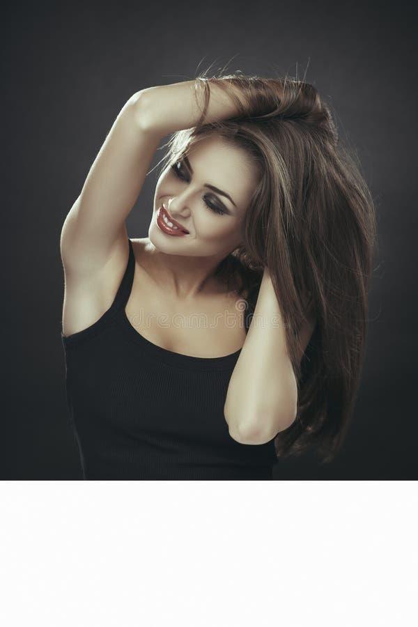 Αισθησιακή γυναίκα, μακρυμάλλης, άσπρος πίνακας διαφημίσεων στοκ φωτογραφίες
