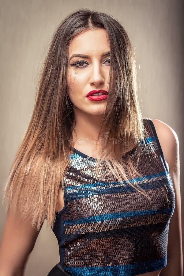 Αισθησιακή γυναίκα με τα κόκκινες χείλια και την κορυφή disco στοκ εικόνα με δικαίωμα ελεύθερης χρήσης