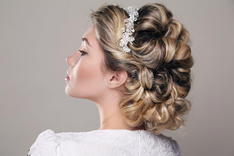 Αισθησιακή γυναίκα με τα ξανθά μαλλιά και το κομψό hairstyle στοκ φωτογραφίες