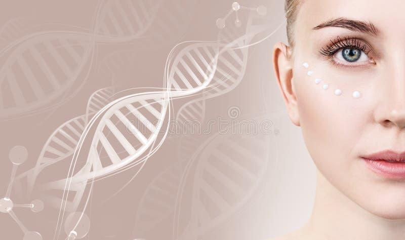 Αισθησιακή γυναίκα με τα σημεία κρέμας στο πρόσωπο στις αλυσίδες DNA στοκ φωτογραφίες