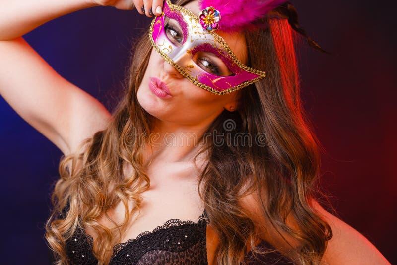 Αισθησιακή γυναίκα με τη μάσκα καρναβαλιού στοκ φωτογραφία με δικαίωμα ελεύθερης χρήσης