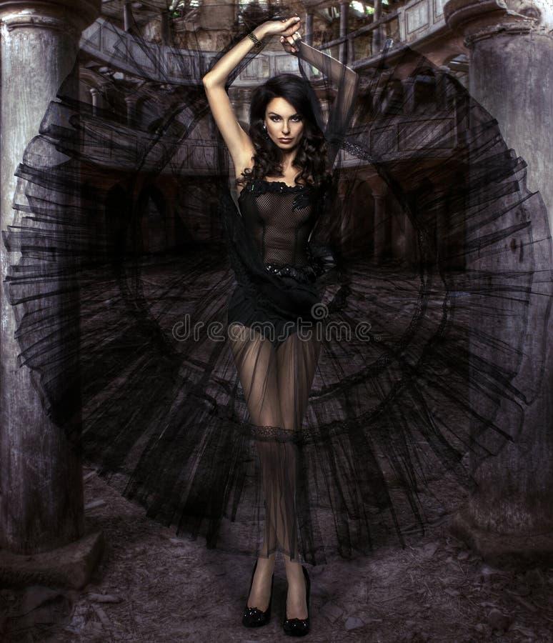Αισθησιακή γυναίκα ομορφιάς στο φόρεμα στοκ φωτογραφία με δικαίωμα ελεύθερης χρήσης