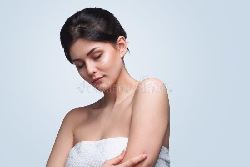 Αισθησιακή γυναίκα στην πετσέτα με τις προσοχές ιδιαίτερες στοκ φωτογραφίες