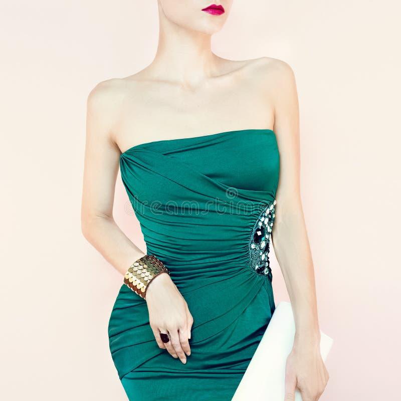 Αισθησιακή γυναίκα στο φόρεμα βραδιού στοκ εικόνες