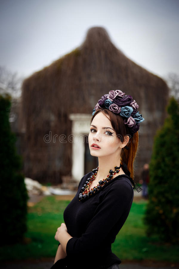 Αισθησιακή γυναίκα στο floral στεφάνι στοκ εικόνα