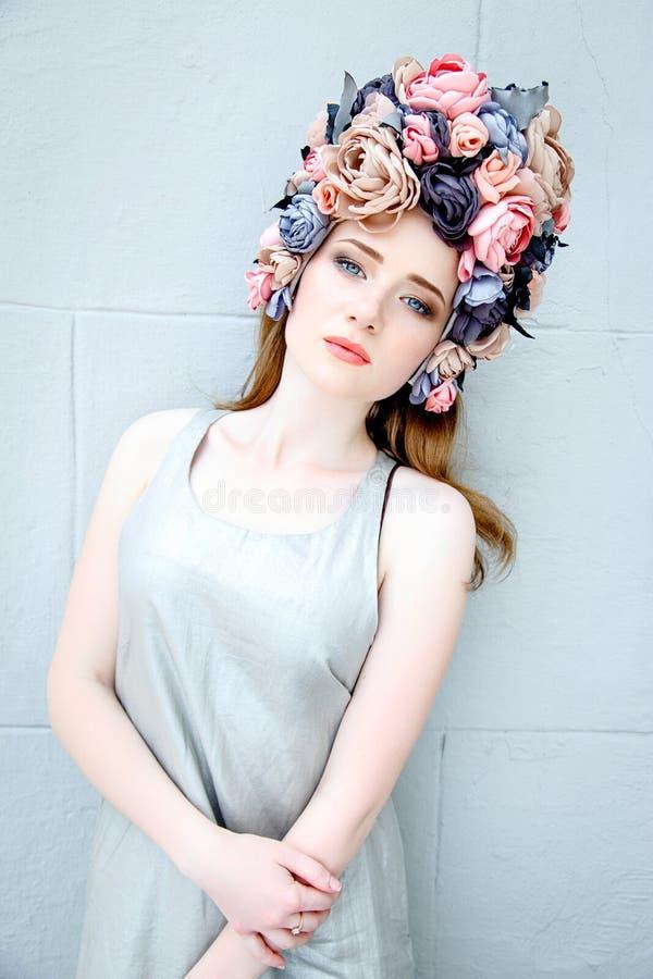 Αισθησιακή γυναίκα στο floral στεφάνι στοκ φωτογραφίες