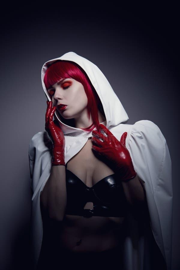 Αισθησιακή γυναίκα φετίχ που φορά το άσπρο με κουκούλα σακάκι στοκ φωτογραφία