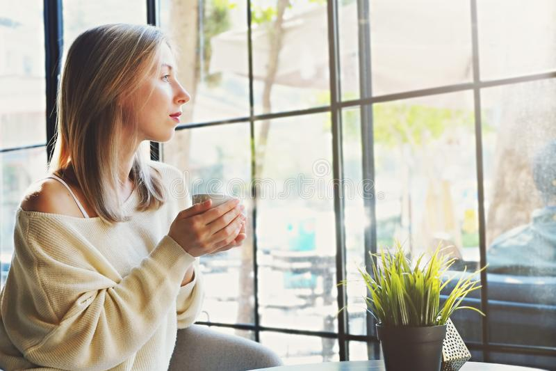 Αισθησιακή φωτογραφία νέο όμορφο γυναικών στο φυσικό φως ήλιων από τα πλήρη παράθυρα μήκους της καφετερίας στοκ φωτογραφίες