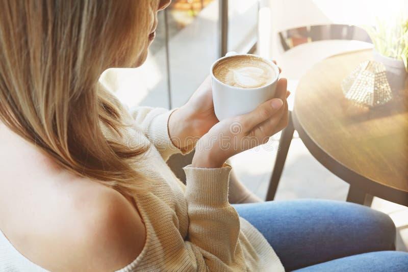 Αισθησιακή φωτογραφία νέο όμορφο γυναικών στο φυσικό φως ήλιων από τα πλήρη παράθυρα μήκους της καφετερίας στοκ εικόνες