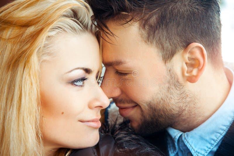 Αισθησιακή φωτογραφία του νέου ζεύγους ερωτευμένη στοκ φωτογραφία με δικαίωμα ελεύθερης χρήσης