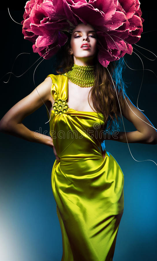 Αισθησιακή όμορφη γυναίκα στο πράσινο φόρεμα στοκ φωτογραφία με δικαίωμα ελεύθερης χρήσης
