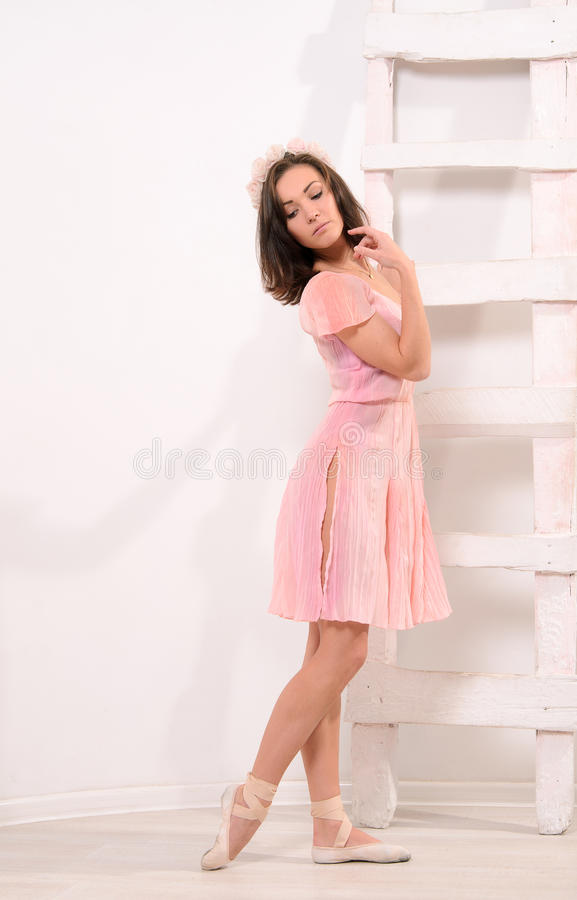 Αισθησιακός θηλυκός χορευτής μπαλέτου στη σκάλα στοκ φωτογραφία με δικαίωμα ελεύθερης χρήσης