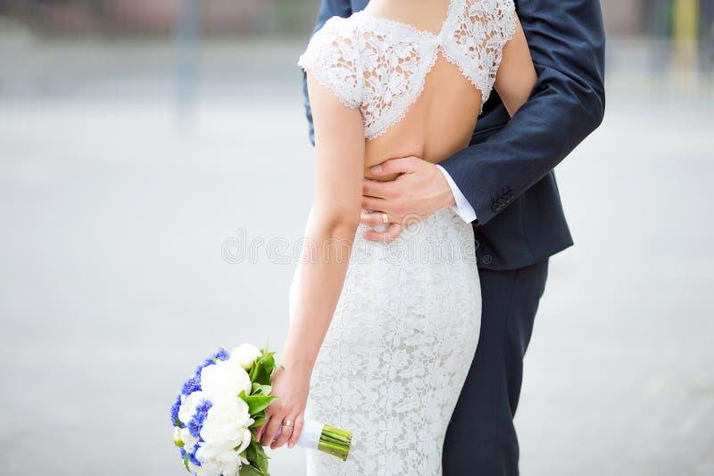 Αισθησιακός νέος ευτυχής celebraiting γάμος ζευγών στοκ εικόνα