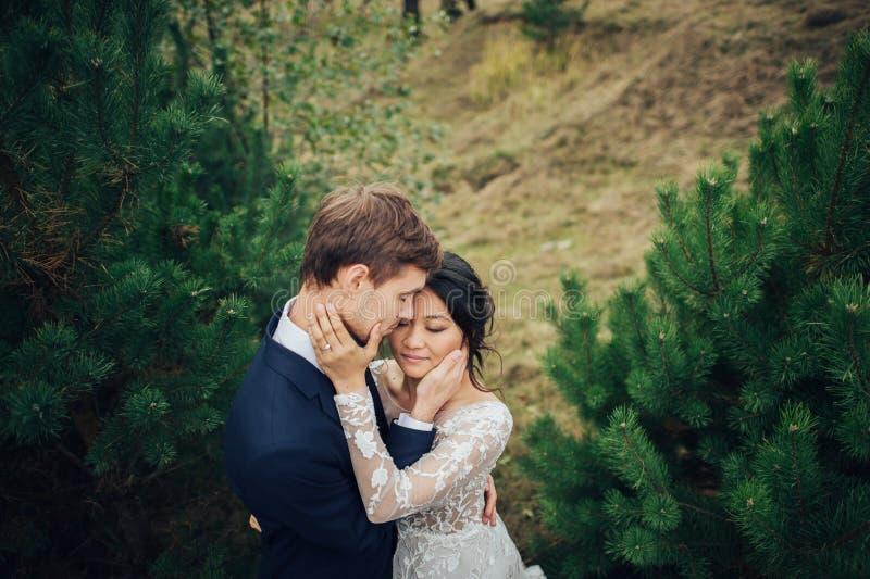 Αισθησιακό παντρεμένο ζευγάρι, βαλεντίνοι που αγκαλιάζει μπροστά από το παλαιό slavi στοκ εικόνες με δικαίωμα ελεύθερης χρήσης