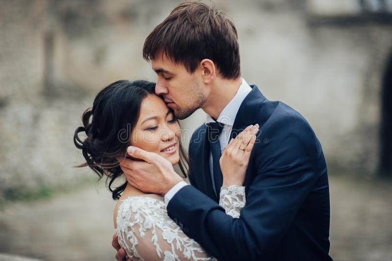 Αισθησιακό παντρεμένο ζευγάρι, βαλεντίνοι που αγκαλιάζει μπροστά από το παλαιό slavi στοκ εικόνες